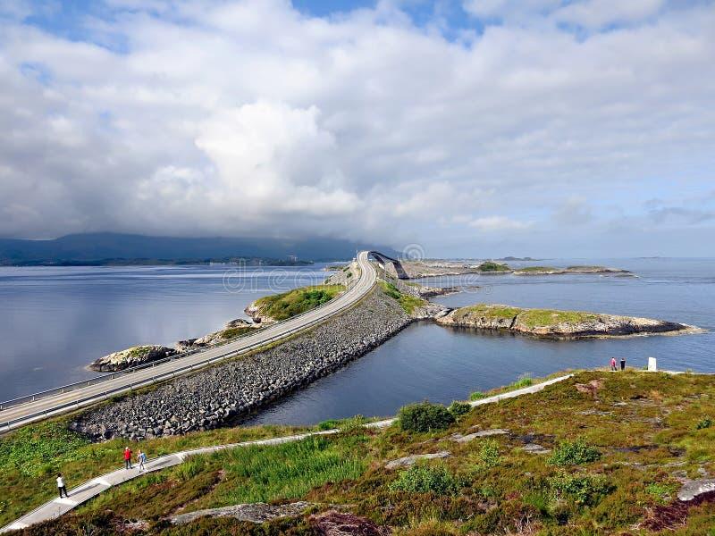 Η γέφυρα Storseisundet στον ατλαντικό δρόμο στοκ εικόνες