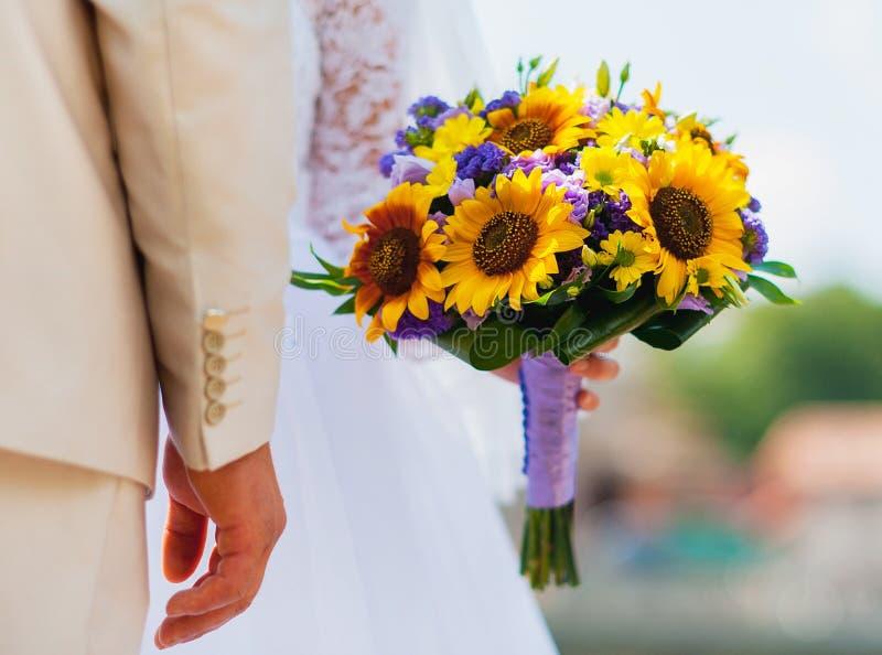 η γαμήλια ανθοδέσμη ανθοδεσμών της νύφης στα κίτρινος-ιώδη χρώματα στοκ φωτογραφίες