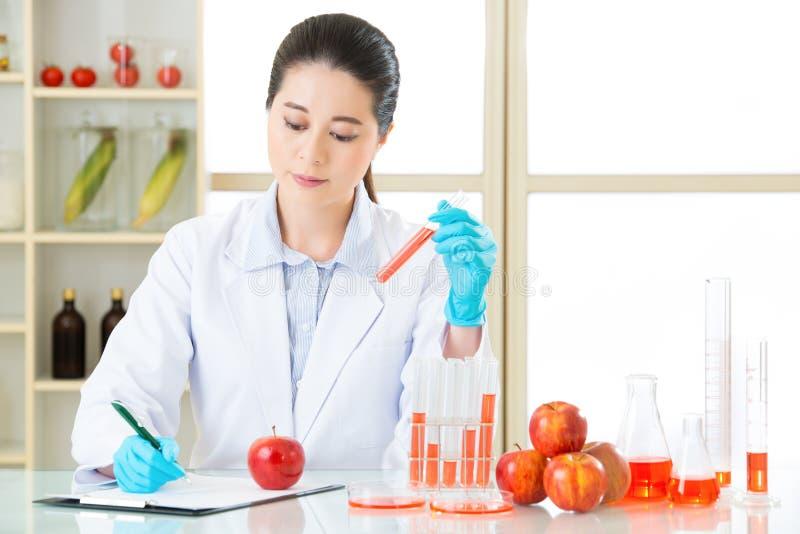 Η γενετική δοκιμή τροφίμων τροποποίησης είναι πολύ σημαντική στοκ φωτογραφία με δικαίωμα ελεύθερης χρήσης
