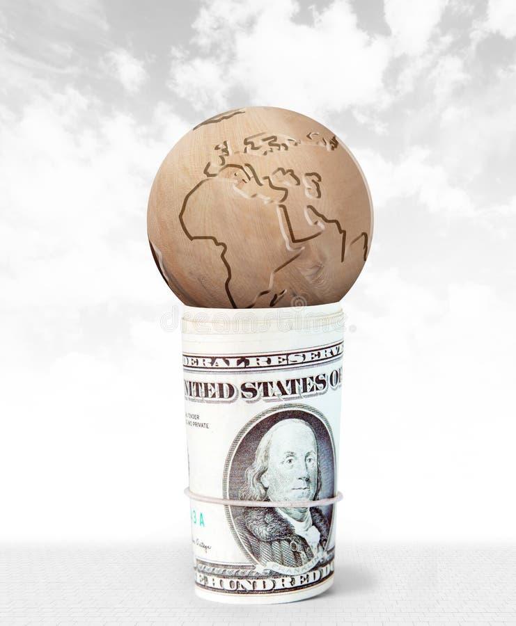 Η γη βρίσκεται στην κορυφή μιας δέσμης των δολαρίων στοκ εικόνες