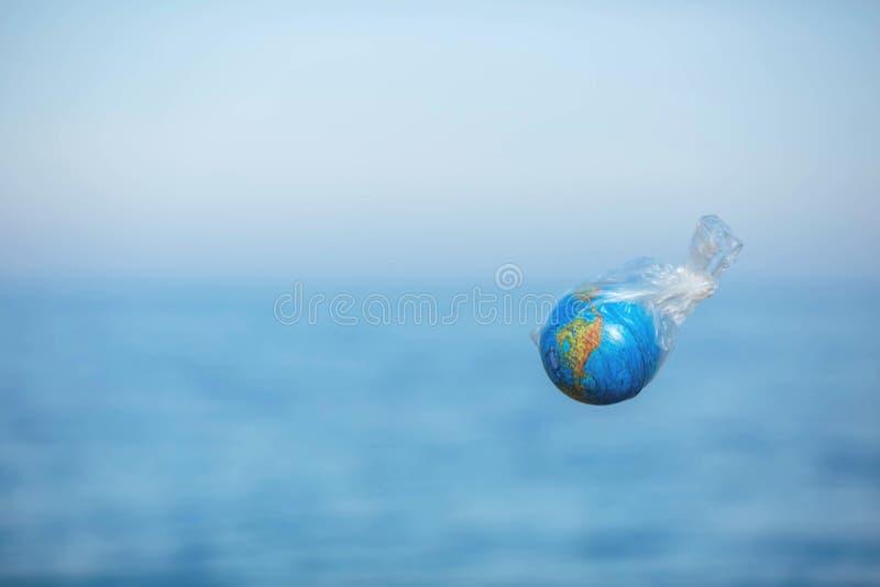Η γη σε μια πλαστική τσάντα Έννοια ημέρας παγκόσμιου περιβάλλοντος στοκ εικόνα με δικαίωμα ελεύθερης χρήσης