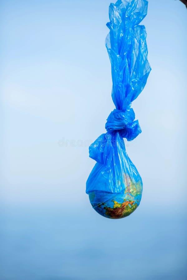 Η γη σε μια πλαστική τσάντα Έννοια ημέρας παγκόσμιου περιβάλλοντος στοκ εικόνα
