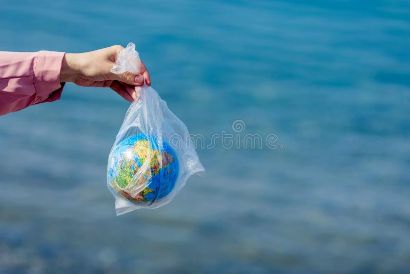 Η γη σε μια πλαστική τσάντα Έννοια ημέρας παγκόσμιου περιβάλλοντος στοκ εικόνες