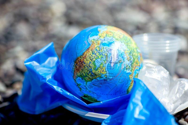 Η γη σε μια πλαστική τσάντα Έννοια ημέρας παγκόσμιου περιβάλλοντος στοκ φωτογραφία με δικαίωμα ελεύθερης χρήσης