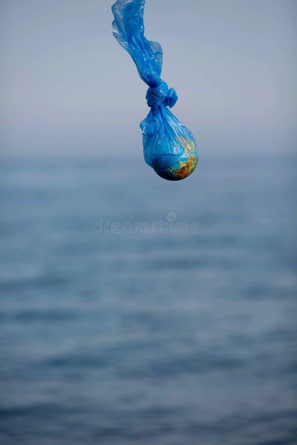 Η γη σε μια πλαστική τσάντα Έννοια ημέρας παγκόσμιου περιβάλλοντος στοκ εικόνες με δικαίωμα ελεύθερης χρήσης