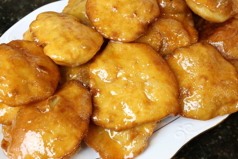 Η γιαγιά ένα σπιτικό γλυκό που τηγανίζεται συσσωματώνει με το μέλι στοκ φωτογραφίες