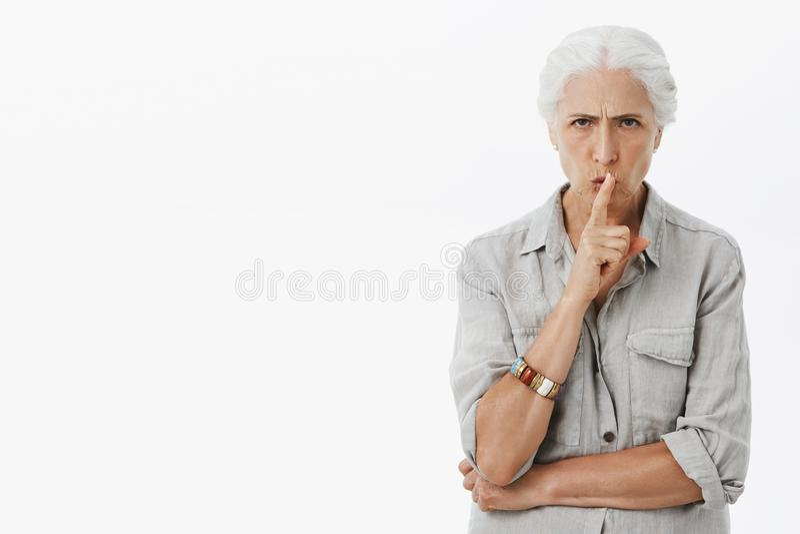 Η γιαγιά αντιπαθεί κατά το όρκιση εγγονιών Πορτρέτο του σοβαρός-κοιτάγματος δυσαρεστημένη καιη ενεργοποιημένη ηλικιωμένη γυναίκα στοκ εικόνα με δικαίωμα ελεύθερης χρήσης