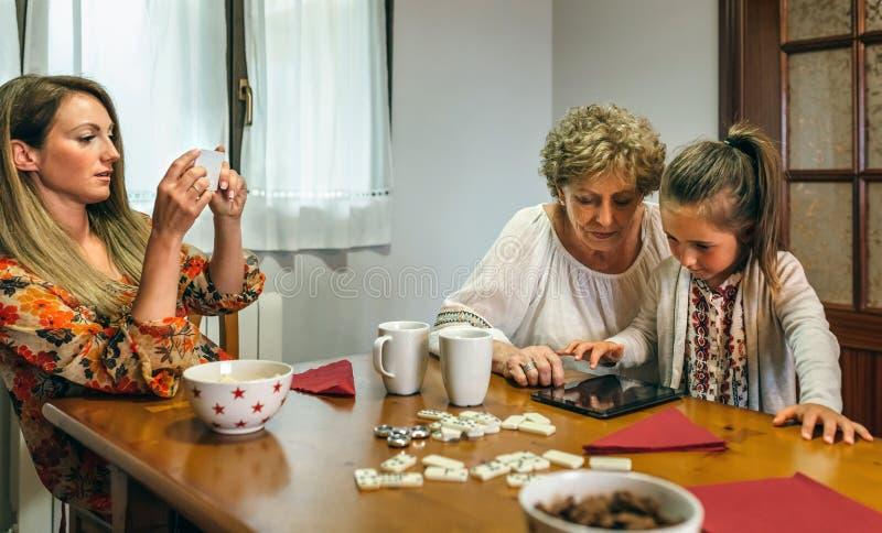 Η γιαγιά και η εγγονή παίζουν ένα παιχνίδι στην ταμπλέτα στοκ εικόνες με δικαίωμα ελεύθερης χρήσης
