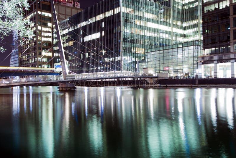 Η για τους πεζούς γέφυρα που συνδέει Millwall με το Canary Wharf κάτω από τη νύχτ στοκ εικόνες