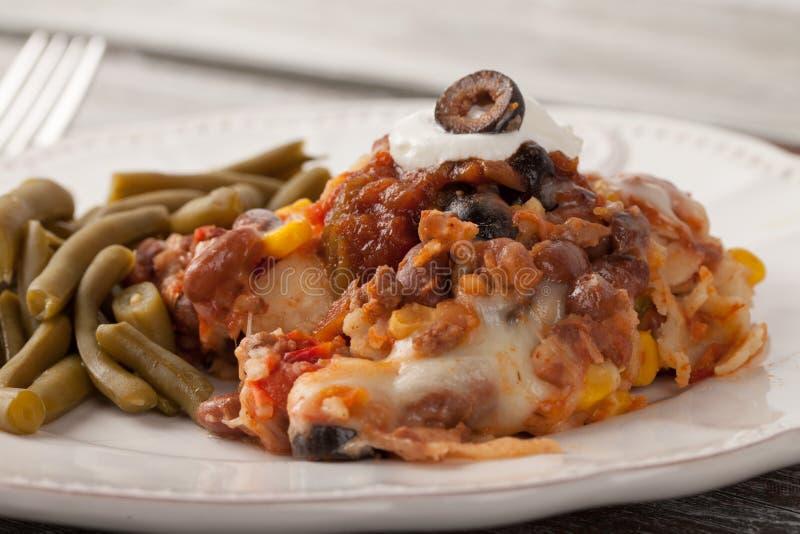 Η γιορτή ψήνει μεξικάνικο Lasagna στο ξεπερασμένο ξύλο στοκ εικόνα