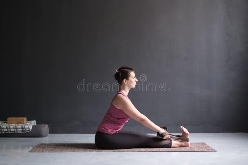 Η γιόγκα άσκησης γυναικών, καθισμένη μπροστινή κάμψη θέτει στοκ εικόνες με δικαίωμα ελεύθερης χρήσης