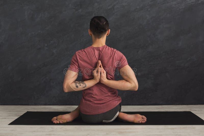 Η γιόγκα άσκησης νεαρών άνδρων, αντίστροφη προσευχή θέτει στοκ φωτογραφία με δικαίωμα ελεύθερης χρήσης