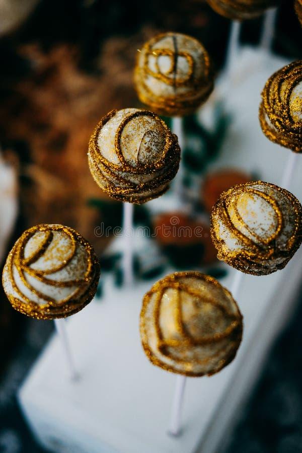 Η γλυκιά εορταστική καραμέλα σκάει με χρυσό ακτινοβολεί στοκ φωτογραφία με δικαίωμα ελεύθερης χρήσης