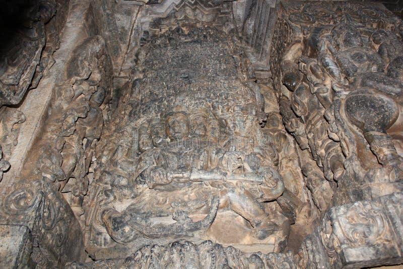 Η γλυπτική τοίχων ναών Hoysaleshwara Ravana η ανύψωση βασιλιάδων δαιμόνων τοποθετεί το kailasa στοκ φωτογραφία με δικαίωμα ελεύθερης χρήσης