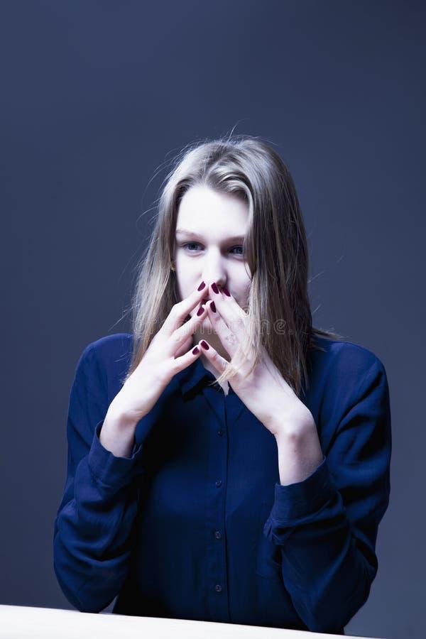 Η γλώσσα του σώματος της γυναίκας ως σύμβολο της μοναξιάς και πιέζει στοκ εικόνα