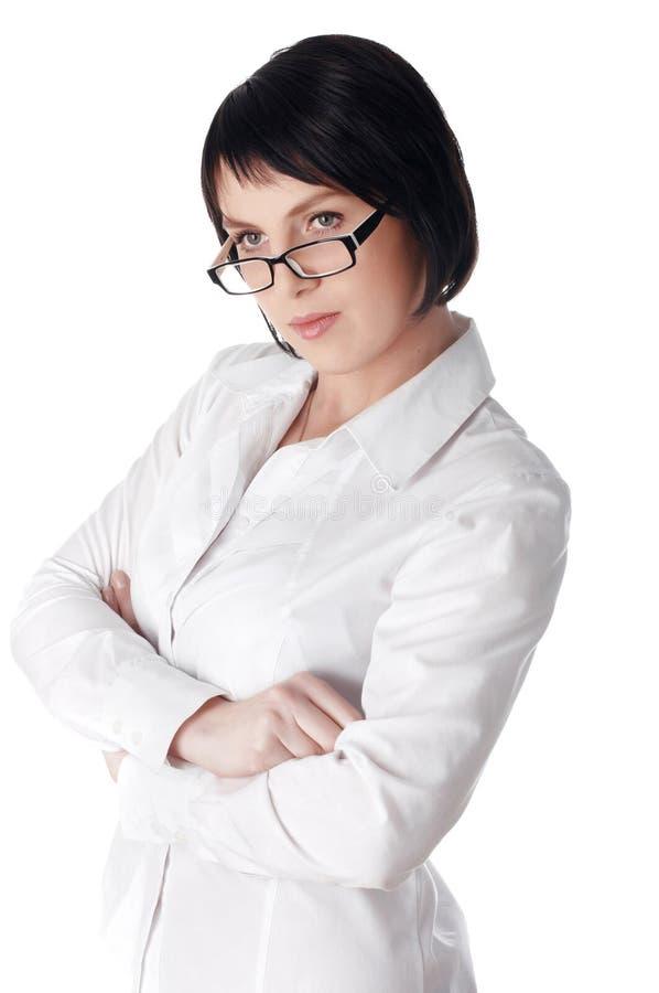 Η γοητευτική νέα επιχειρησιακή γυναίκα σε ένα άσπρο πουκάμισο στοκ εικόνα με δικαίωμα ελεύθερης χρήσης