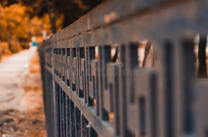 Η γραμμή του φράκτη πόλεων πηγαίνει στην απόσταση Η εστίαση είναι στις απλές και σύνθετες γραμμές που σχίζονται από τη καθημερινή στοκ φωτογραφίες