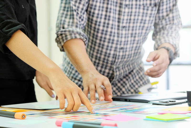 Η γραφική ομάδα σχεδιαστών που εργάζεται στο δημιουργικό γραφείο με δημιουργεί το gra στοκ φωτογραφία με δικαίωμα ελεύθερης χρήσης
