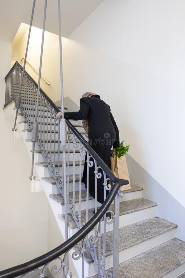 Η γριά επιστρέφει σπίτι μετά από ψώνια στοκ φωτογραφία με δικαίωμα ελεύθερης χρήσης