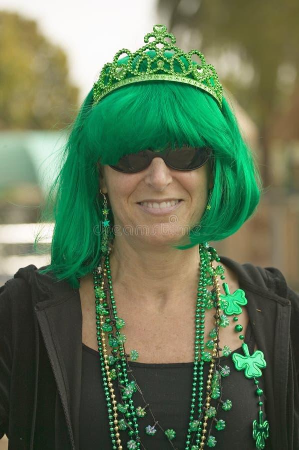 Η γυναίκα έντυσε σε πράσινο για την ημέρα του ST Πάτρικ στοκ εικόνες με δικαίωμα ελεύθερης χρήσης