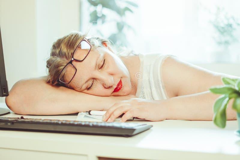 Η γυναίκα έπεσε κοιμισμένη στην εργασία στοκ εικόνες με δικαίωμα ελεύθερης χρήσης