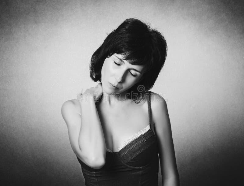 Η γυναίκα έχει έναν πόνο λαιμών στοκ εικόνες με δικαίωμα ελεύθερης χρήσης