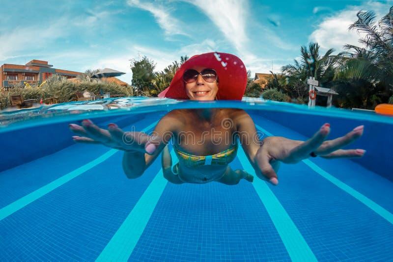 Η γυναίκα έχει μια διασκέδαση στην πισίνα στοκ εικόνα με δικαίωμα ελεύθερης χρήσης