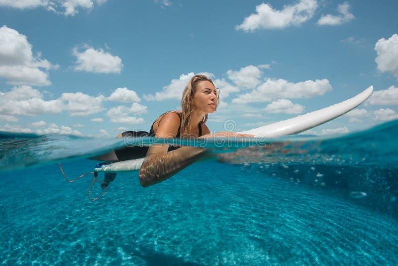 Η γυναίκα έχει τη διασκέδαση στην υπαίθρια λίμνη απείρου στοκ φωτογραφίες