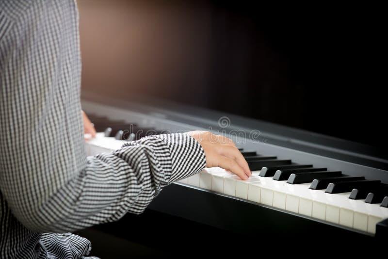 η γυναίκα δίνει το πιάνο παιχνιδιού στοκ εικόνες