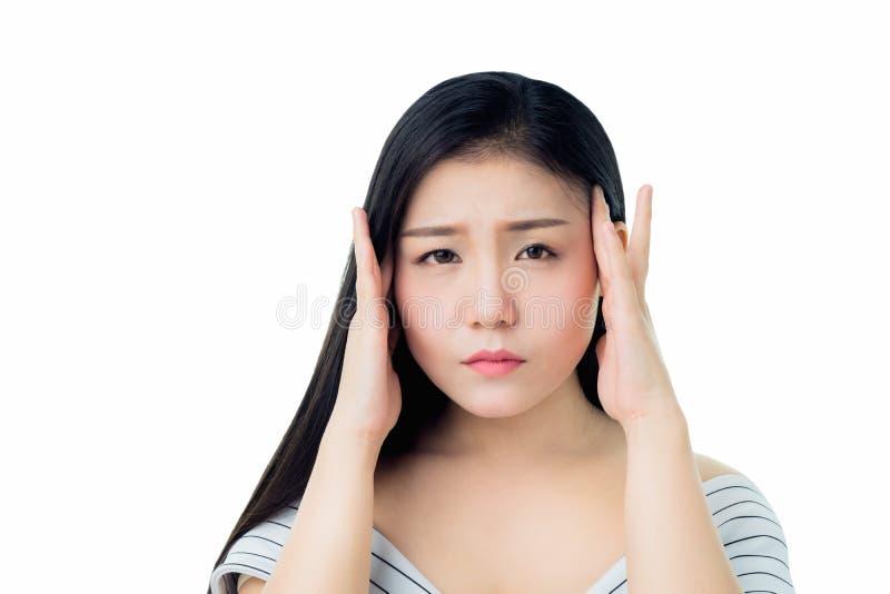 Η γυναίκα αγγίζει το κεφάλι της για να παρουσιάσει πονοκέφαλό της Οι αιτίες μπορούν να προκληθούν από την πίεση ή την ημικρανία στοκ εικόνες