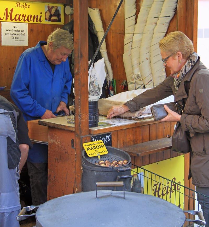 Η γυναίκα αγοράζει το τηγανισμένο κάστανο στο Γκραζ, Αυστρία στοκ εικόνες με δικαίωμα ελεύθερης χρήσης