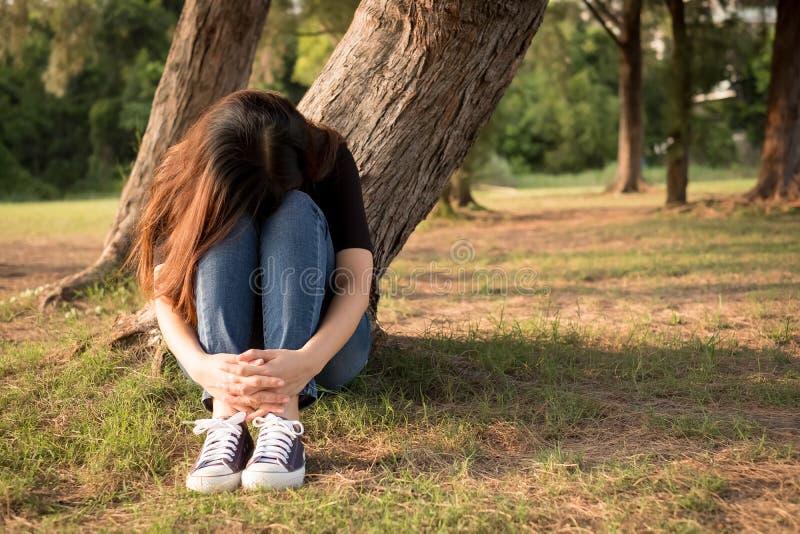 Η γυναίκα αισθάνεται την κατάθλιψη στοκ εικόνες με δικαίωμα ελεύθερης χρήσης