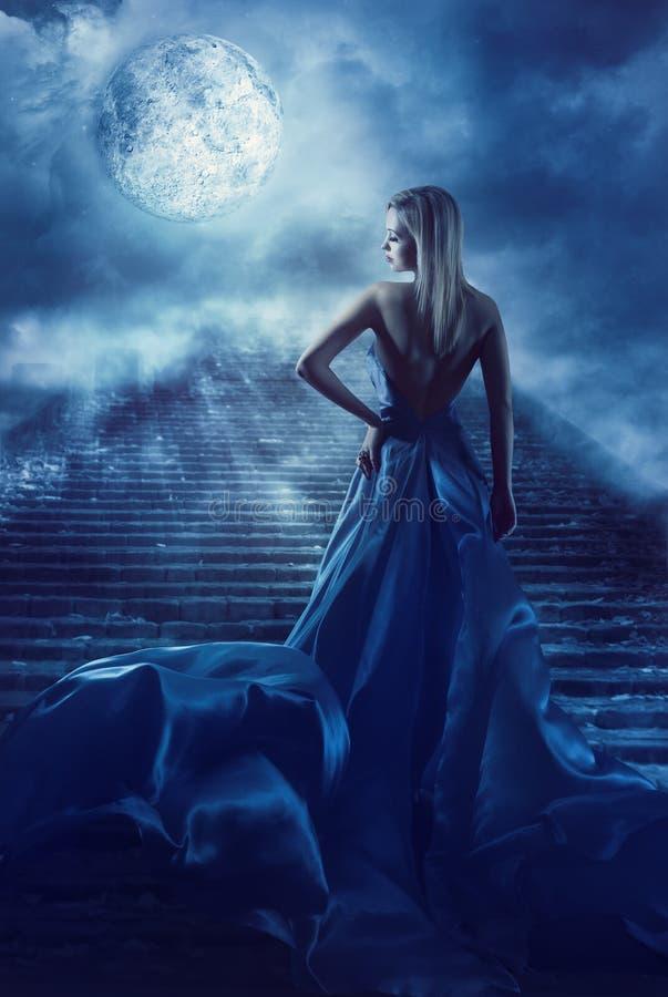 Η γυναίκα αναρριχείται επάνω στα σκαλοπάτια στον ουρανό φεγγαριών φαντασίας, κορίτσι νύχτας νεράιδων στοκ εικόνες