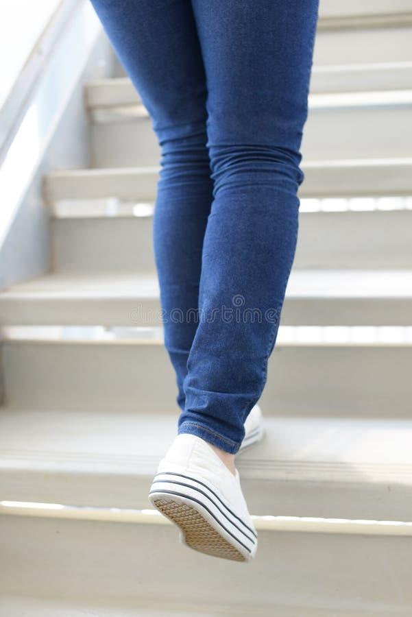 Η γυναίκα αναρριχείται στα σκαλοπάτια στοκ φωτογραφία