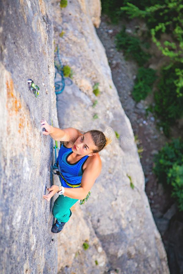 Η γυναίκα αναρριχείται στο βράχο στοκ φωτογραφία με δικαίωμα ελεύθερης χρήσης