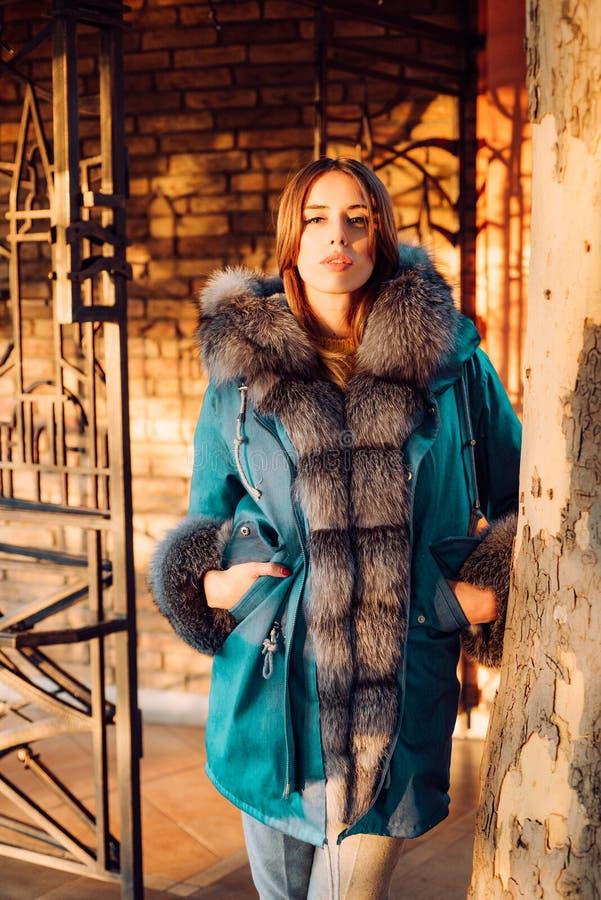 Η γυναίκα απολαμβάνει την ηλιόλουστη ημέρα υπαίθρια Εξάρτηση εποχής πτώσης Σύγχρονη εξάρτηση μόδας Εποχή φθινοπώρου Πανέμορφη όμο στοκ εικόνες