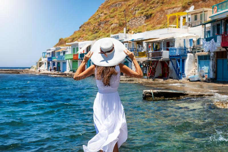 Η γυναίκα απολαμβάνει τη θέα στο ψαροχώρι Klima στο ελληνικό νησί της Μήλου στοκ φωτογραφίες