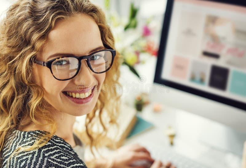 Η γυναίκα απολαμβάνει on-line στοκ εικόνες