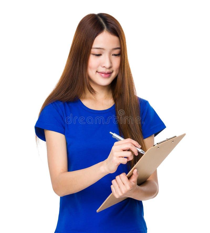 Η γυναίκα γράφει με μια περιοχή αποκομμάτων στοκ φωτογραφίες
