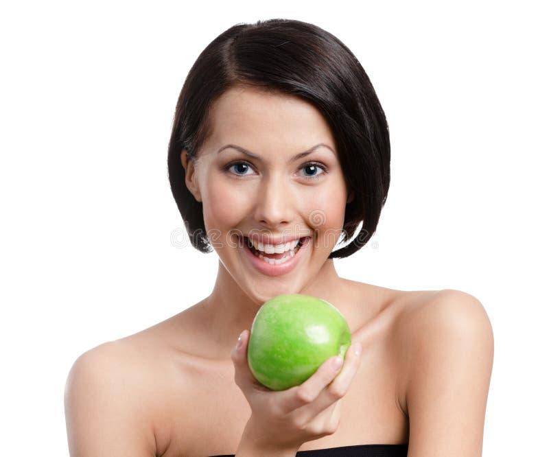 Η γυναίκα δίνει ένα μήλο στοκ φωτογραφία