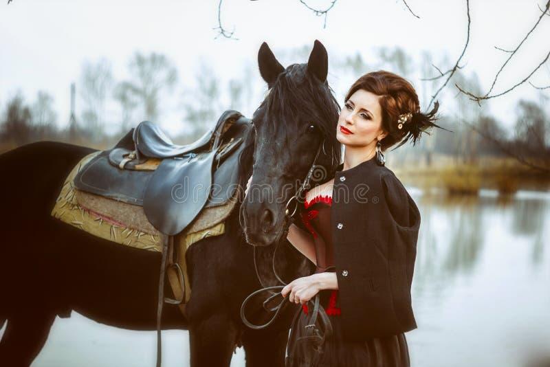 Η γυναίκα δίπλα στο άλογο στοκ φωτογραφία με δικαίωμα ελεύθερης χρήσης