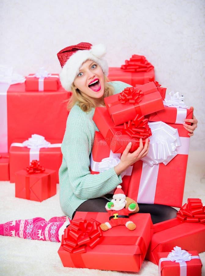Η γυναίκα διέγειρε το ξανθό κιβώτιο δώρων λαβής με το τόξο Τέλειο δώρο για τη φίλη ή τη σύζυγο Ανοίγοντας δώρο Χριστουγέννων Το S στοκ εικόνες με δικαίωμα ελεύθερης χρήσης