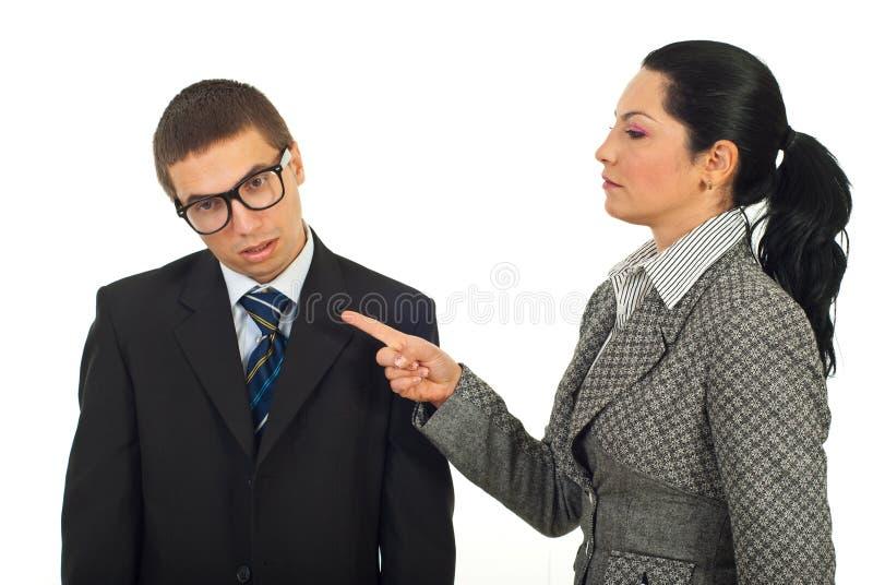 Η γυναίκα διευθυντών κατηγορεί τον υπάλληλο απορρίψεων στοκ φωτογραφία