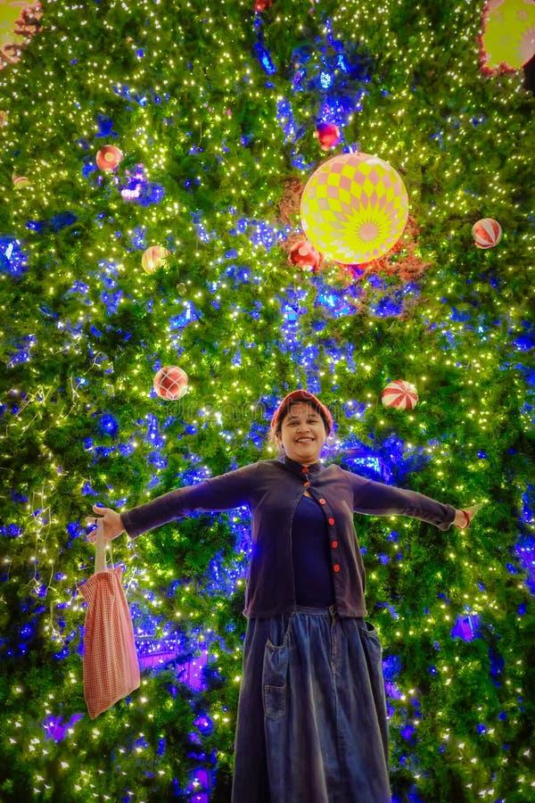 Η γυναίκα είναι ευτυχής στη Παραμονή Χριστουγέννων στοκ εικόνα