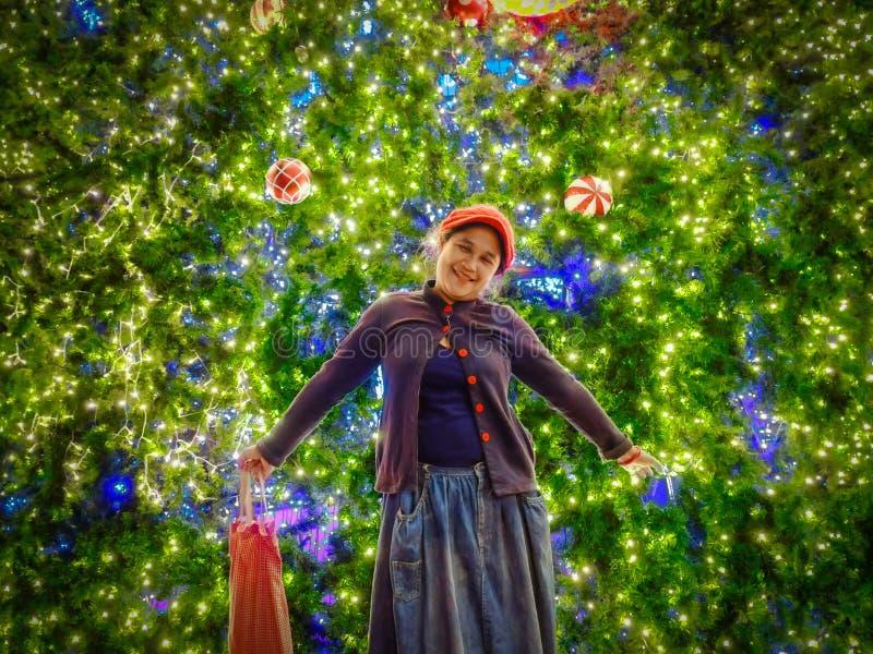 Η γυναίκα είναι ευτυχής στη Παραμονή Χριστουγέννων στοκ φωτογραφίες