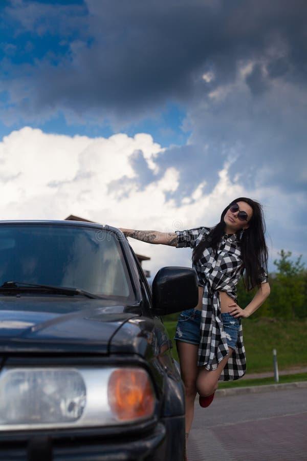 Η γυναίκα είναι κοντά σε ένα αυτοκίνητο στοκ εικόνες με δικαίωμα ελεύθερης χρήσης