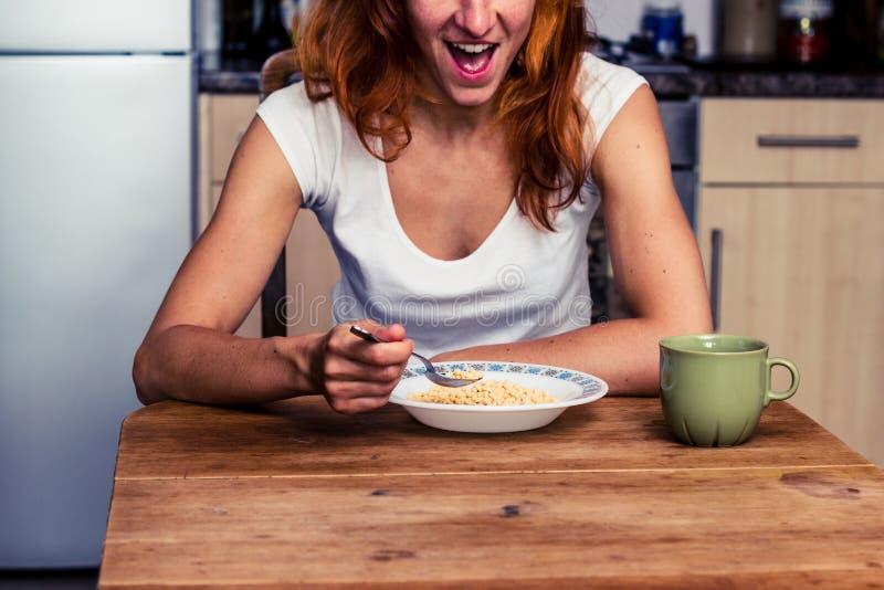 Η γυναίκα είναι συγκινημένη για το πρόγευμά της στοκ φωτογραφία με δικαίωμα ελεύθερης χρήσης