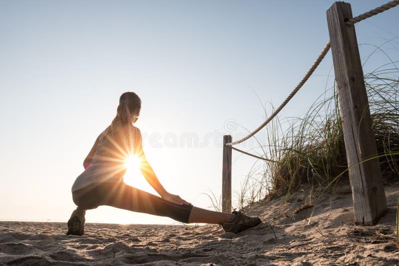 Η γυναίκα εκτελεί τις ασκήσεις στοκ εικόνες