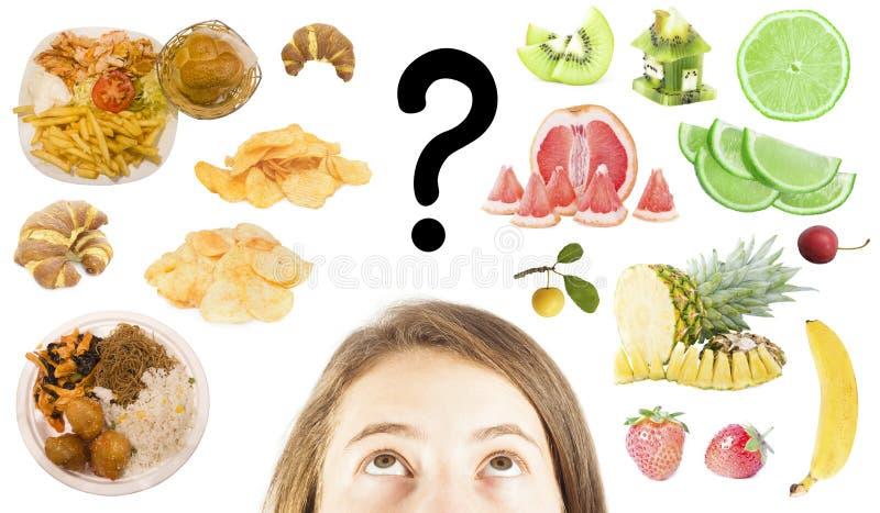 Η γυναίκα επιλέγει μεταξύ του γρήγορου φαγητού ή των υγιών φρούτων στοκ εικόνες