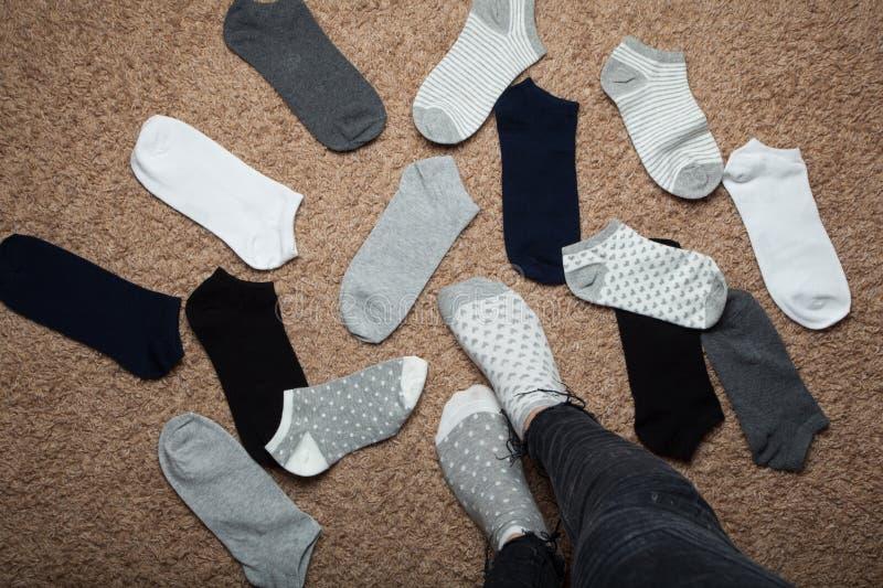 Η γυναίκα επιλέγει ποιες κάλτσες να φορέσουν στοκ φωτογραφία με δικαίωμα ελεύθερης χρήσης